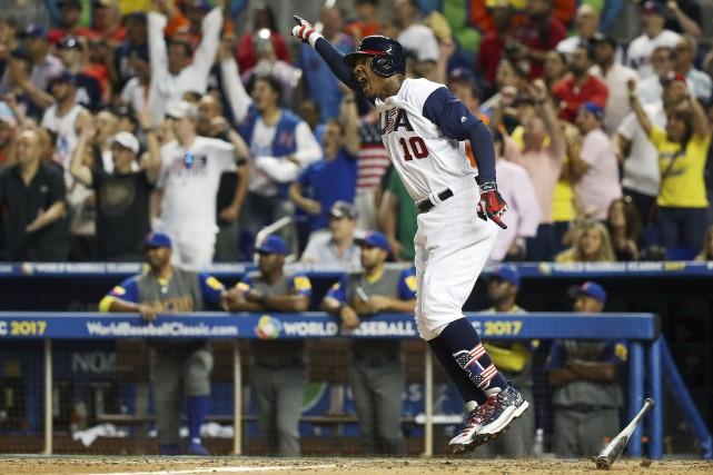 Adam Jones vient de frapper le coup sûr... (Photo Logan Bowles, USA Today Sports)
