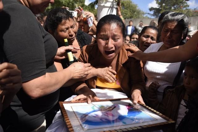Marta Lidia Garcia pleure la mort de sa... (Photo JOHAN ORDONEZ, AFP)