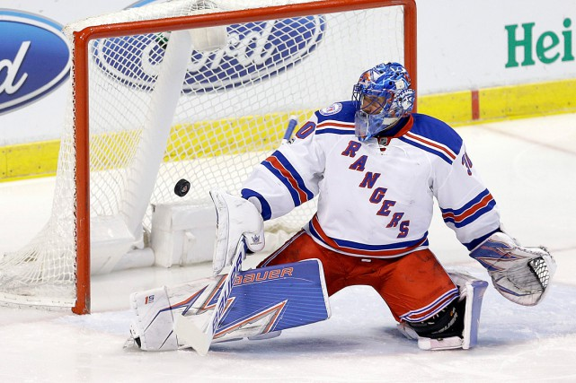 Henrik Lundqvist devra s'absenter pour six à dix matchs... (PHOTO Alan Diaz, ASSOCIATED PRESS)