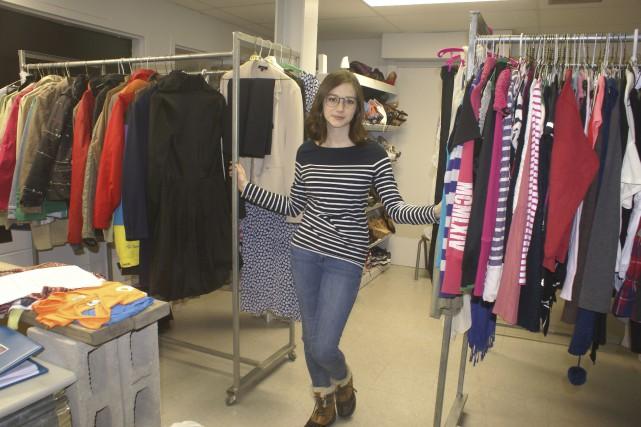 Joanie est bien fière de laisser sa trace... (Photo Le Progrès-Dimanche, Mélissa Viau)