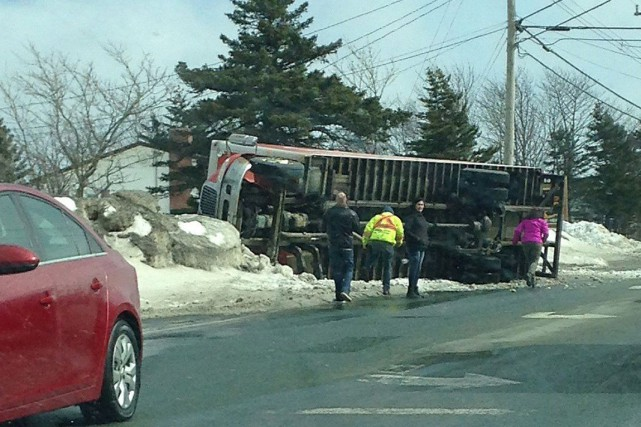 Un camion a été renversé par les vents... (Photo La Presse canadienne)
