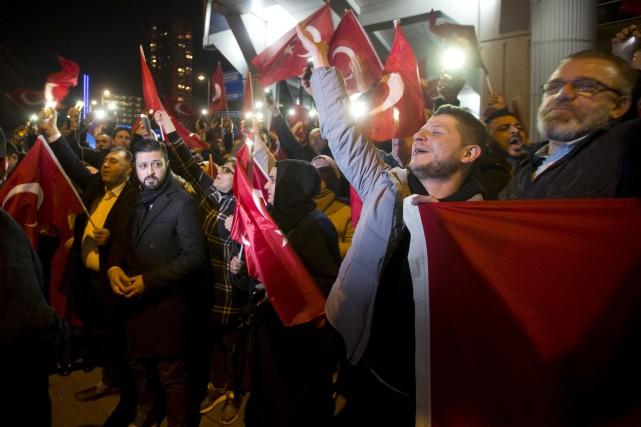 Des Turcs vivant aux Pays-Bas se sont rendus... (AP, Peter Dejong)