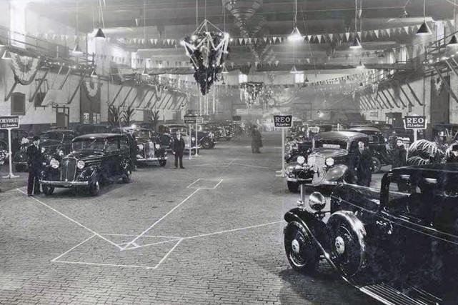 Le Salon de l'auto en 1934, au Manège... (BAnQ,  W.B. Edwards, P151, D2, P9)