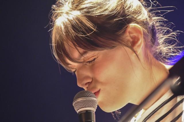 À l'aise sur scène, Charlotte Cardin est en... (Photo Le Progrès-Dimanche, Michel Tremblay)