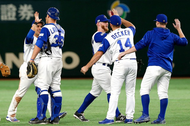 Ryan Lavarnway (36) et Cody Decker (14) célèbrent... (PHOTO Toru Takahashi, ASSOCIATED PRESS)
