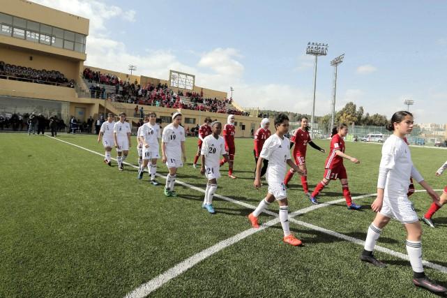 Lors de l'inauguration,deux équipes jordaniennes, l'une vêtue d'un... (Photo Khalil MAZRAAWI, AFP)