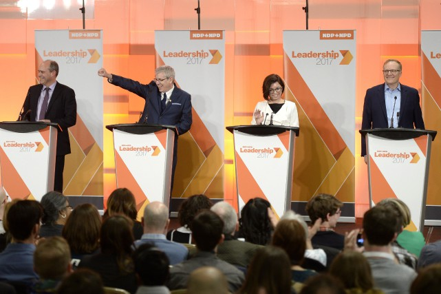 Guy Caron, Charlie Angus, Niki Ashton et Peter... (Photo Justin Tang, La Presse canadienne)