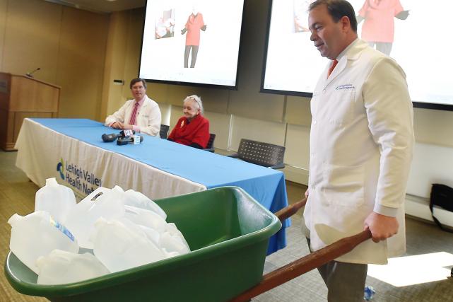 Le Dr Randolph Wojcik Jr. transporte une brouette... (AP, April Bartholomew)