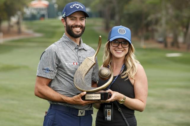 Adam Hadwin et sa fiancée Jessica Kippenberger tiennet... (PHOTO AP)