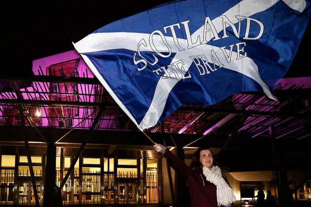 Une partisane du Oui brandit un drapeau écossais... (PHOTO RUSSELL CHEYNE, ARCHIVES REUTERS)