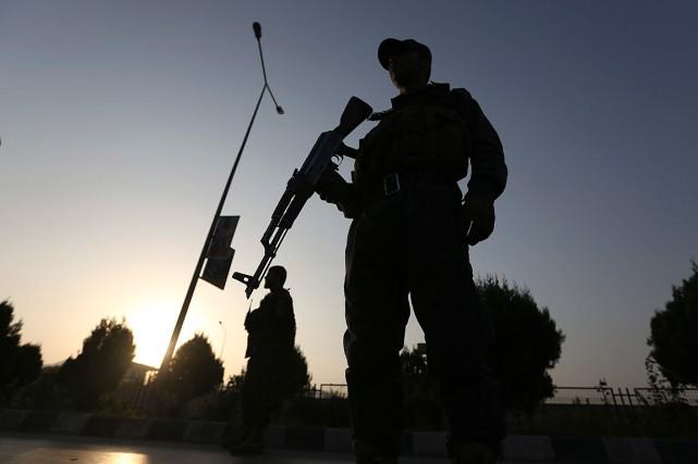 Vingt policiers afghans ont été tués dimanche dans une attaque coordonnée... (Photo Rahmat Gul, archives Associated Press)