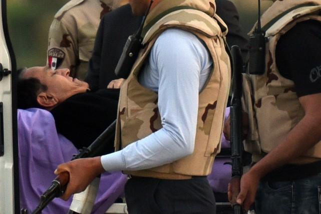 L'ancien président égyptien Hosni Moubarak est escorté par... (PHOTO MOHAMED EL-SHAHED, ARCHIVES AGENCE FRANCE-PRESSE)
