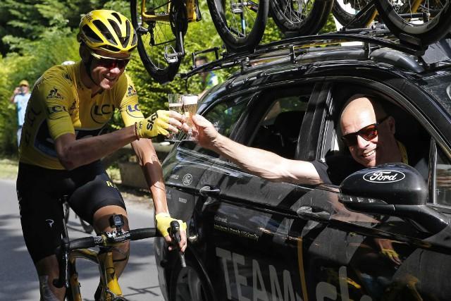 Chris Froome et le directeur de l'équipe Sky,... (Photo Christophe Ena, archives AP)