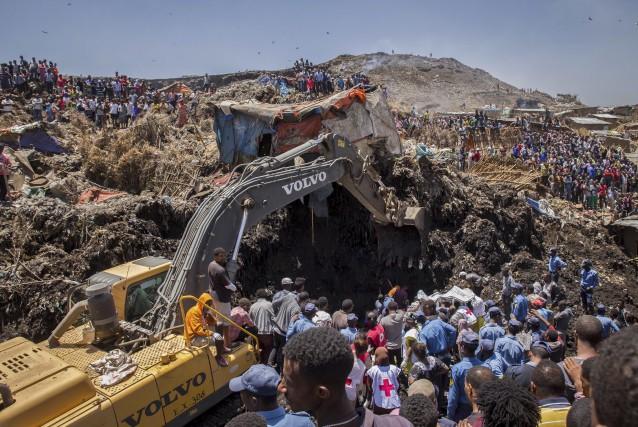 Les opérations de secours se sont poursuivies dimanche... (AP, Mulugeta Ayene)