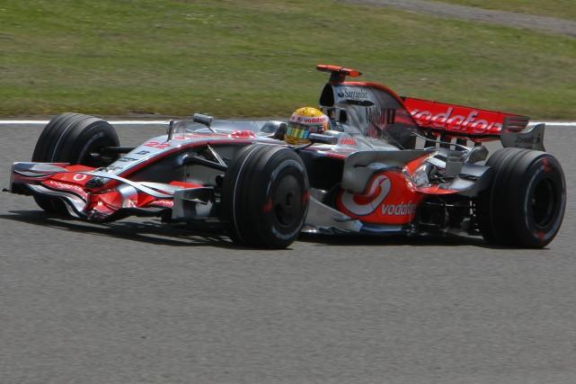 Lewis Hamilton au volant de sa McLaren au... (Photo : Wikipédia (Marc Evans))