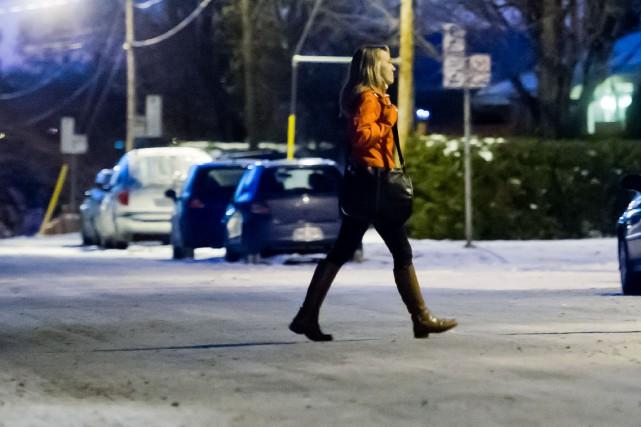 La Ville de Sherbrooke pourrait lever l'interdiction du stationnement hivernal... (Archives La Tribune, Jessica Garneau)