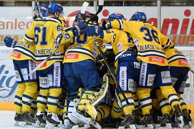 Les joueurs des Dragons de Storhamar célèbrent leur... (PHOTO Fredrik Olastuen, ASSOCIATED PRESS/NTB Scanpix)