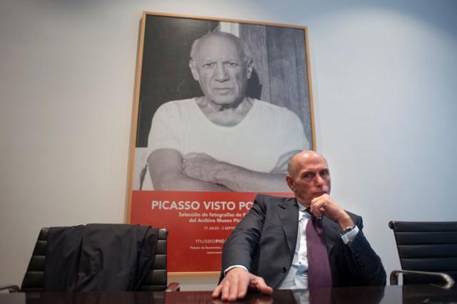 Bernard Ruiz-Picasso, petit-fils de Picasso, pose devant l'affiche... (PHOTO AFP)