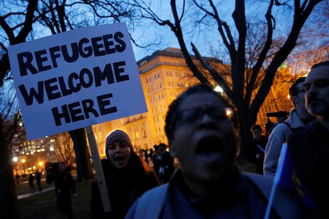 Des gens opposés au nouveau décret anti-immigration ont... (PHOTO JONATHAN ERNST, ARCHIVES REUTERS)