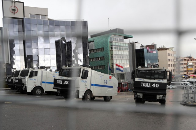 Des camions de police protègent l'ambassade des Pays-Bas... (PHOTO AFP)