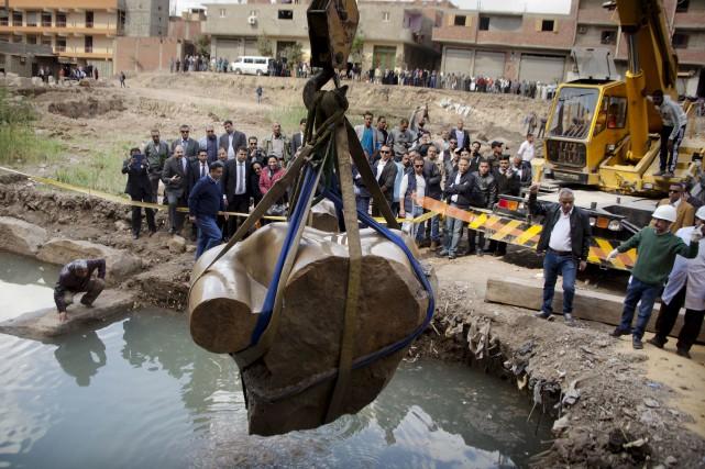 Le torse de trois tonnes d'une statue présumée... (AP, Amr Nabil)