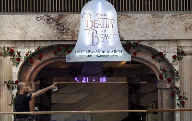Un panneau promotionnel du film «La Belle et... (AP, Daniel Chan)