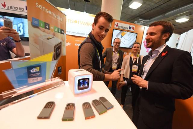 Emmanuel Macron (à droite) a visité leConsumer Electronics... (PHOTO AFP)