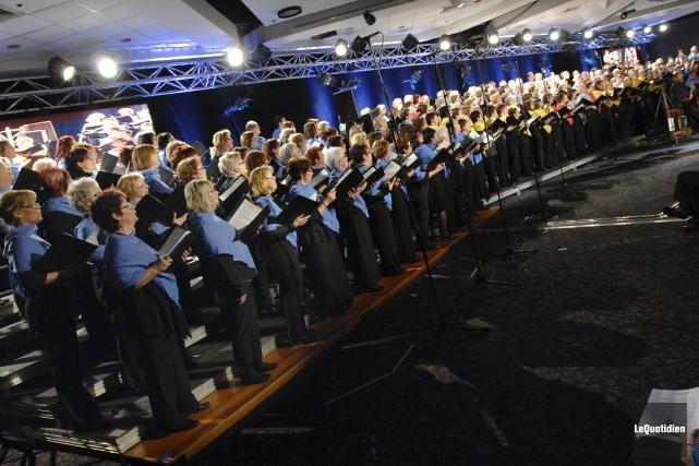 Près de 250 personnes sur la scène, 14... (Archives Le Quotidien, Michel Tremblay)