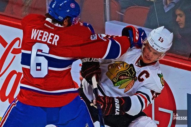 Shea Weber met en échec Jonathan Toews... (PHOTO ANDRÉ PICHETTE, LA PRESSE)