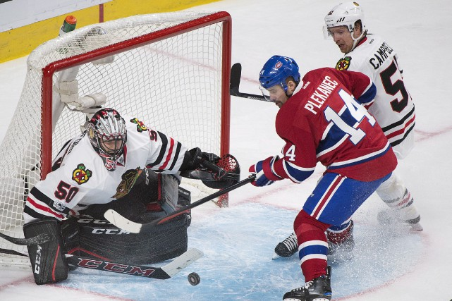 Surveillé de près par Brian Campbell, des Blackhawks,... (La Presse canadienne, Graham Hughes)