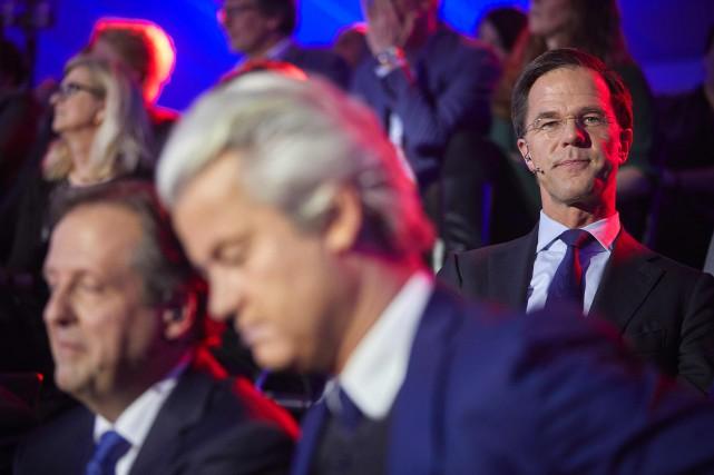 Le premier ministre Mark Rutte est assis derrière... (PHOTO  Phil Nijhuis, AFP)
