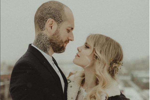Coeur de pirate et son conjoint Alex Peyrat... (Photo tirée du compte Instagram de Junebug Wedding)