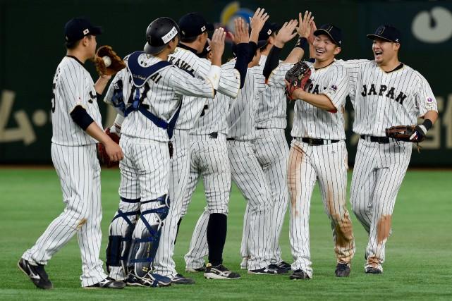 Les joueurs de l'équipe du Japon célèbrent après... (Photo Toru Yamanaka, AFP)