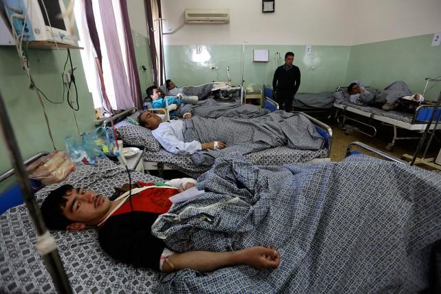 Des hommes blessés dans l'attentat qui a visé... (Rahmat Gul, archives AP)