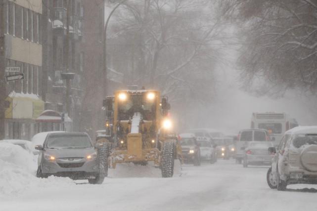 La circulation était au ralenti sur la rue... (PHOTO IVANOH DEMERS, LA PRESSE)