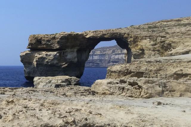 Cette immense arche calcaire sur la mer, apparue... (AFP)