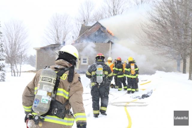 Le feu a complètement détruit une maison de... (Janick Marois, La Voix de l'Est)