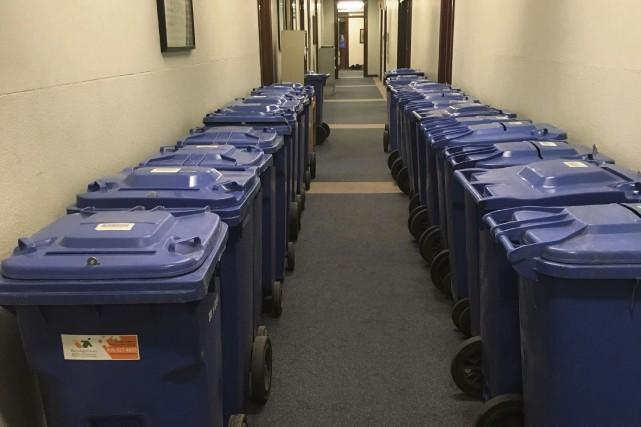 Mardi, 22 bacs bleus de recyclage avaient été... (Collaboration spéciale Gilbert Lavoie)