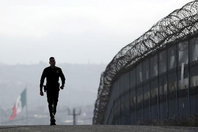 La construction d'un mur à la frontière entre... (AP, Gregory Bull)