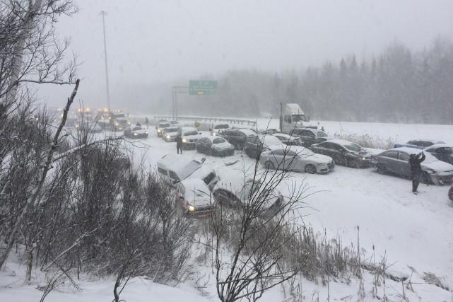 La file de voitures impliquées dans le carambolage... (Photo fournie par Radio-Canada Estrie)