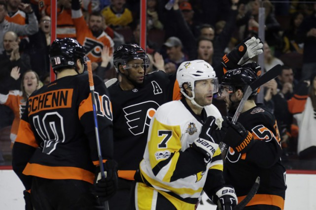 Wayne Simmonds a inscrit son 200e but en carrière, Steve Mason a effectué 23... (PHOTO AP)