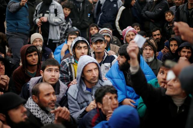 Des déplacés irakiens attendent pour récupérer leurs pièces... (Photo Suhaib Salem, REUTERS)