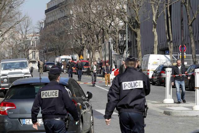 Plusieurs personnes ont été évacuées «par mesure de... (Photo Philippe Wojazer, REUTERS)