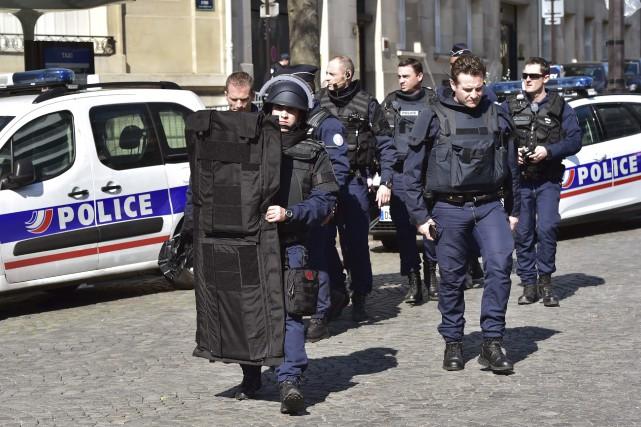 Des policiers français arrivent au siège du Fonds... (AFP, CHRISTOPHE ARCHAMBAULT)