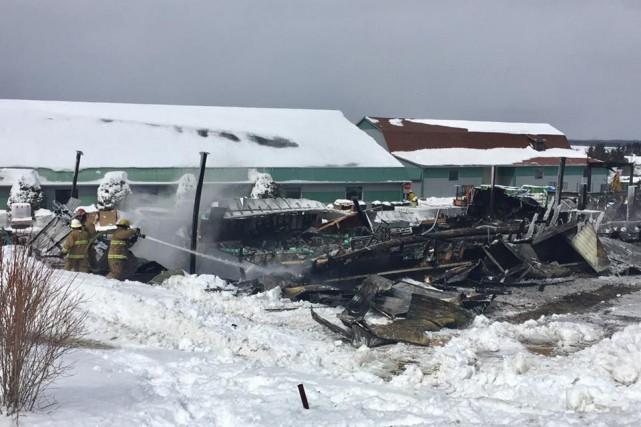 Un incendie majeur a complètement détruit l'entrepôt principal des Équipements... (Photo Spectre Média, Jessica Garneau)