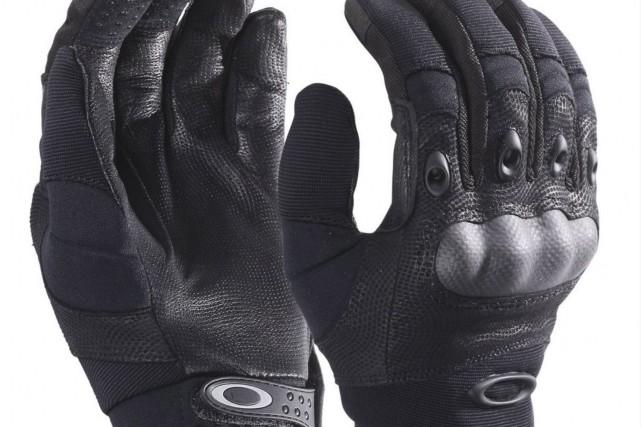 Les gants d'assaut utilisés par certains policiers d'Ottawa... (Patrick Woodbury, archives Le Droit)
