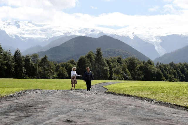 La président chilienne Michelle Bachelet marche avec Kristine... (PHOTO AFP/PRÉSIDENCE CHILIENNE)