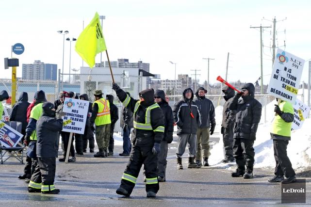 Une entente hors cour prévoit que les manifestants... (Patrick Woodbury, Archives Le Droit)