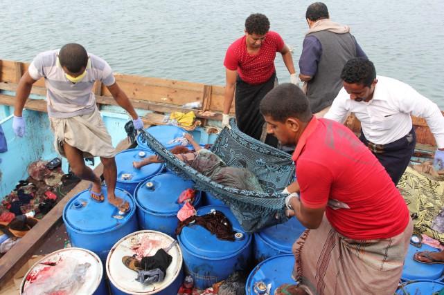 Les corps des 33 réfugiés ont été transportés... (REUTERS)