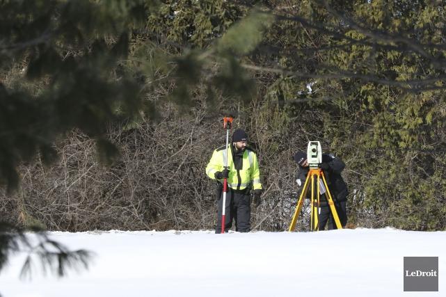 Les enquêteurs étaient encore sur place jeudi matin... (Patrick Woodbury, Le Droit)